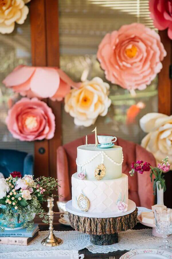 paper roses and cake 2 floors for Alice in Wonderland simple party Photo The Cake Boutique