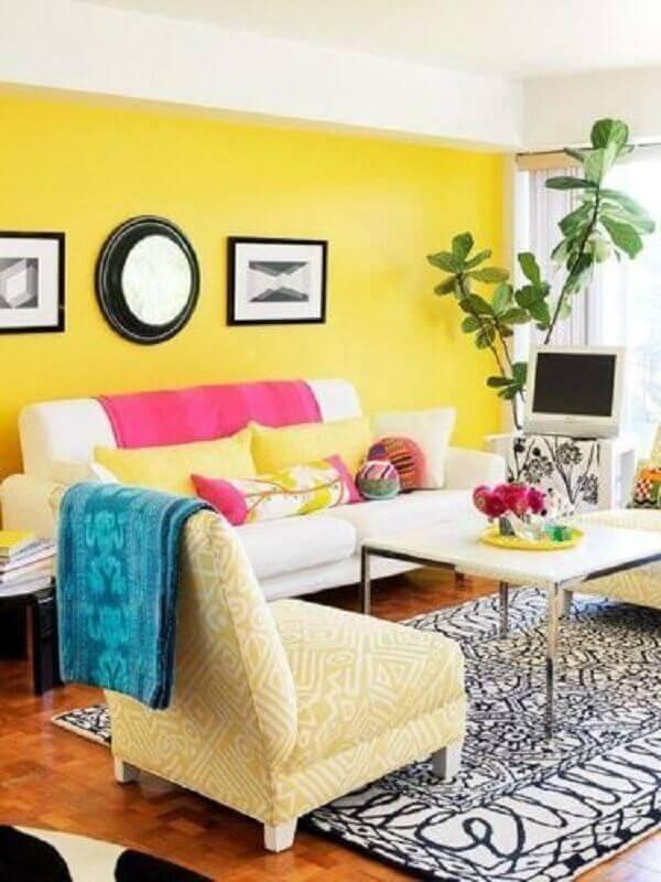sala amarela decorada com mantas e almofadas coloridas Foto Conexão Décor