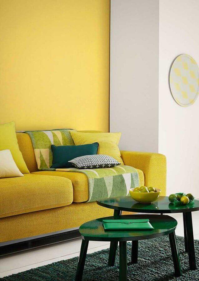 sala amarela decorada com mesa de centro redonda verde Foto Houzz