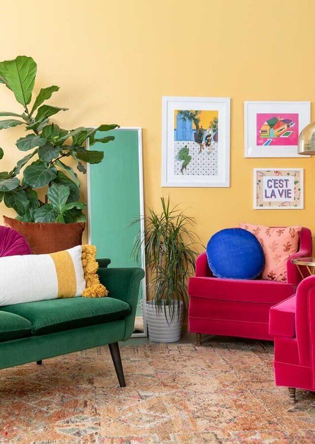 sala amarela decorada com poltronas rosa e sofá verde Foto Pinterest