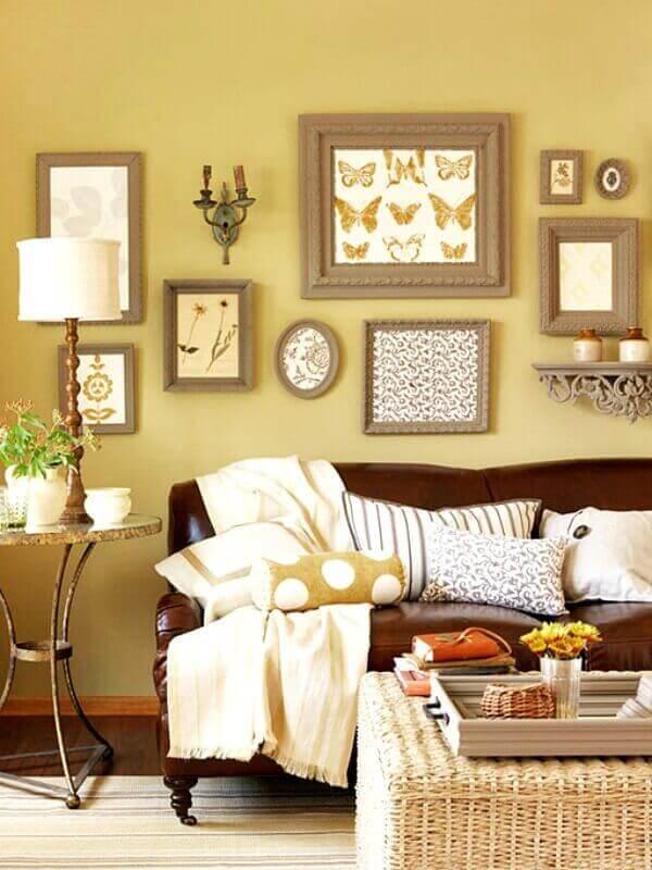 sala amarela decorada com sofá de couro e várias almofadas em cores neutras Foto Pinterest