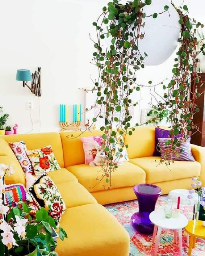 sala amarela decorada com várias almofadas coloridas Foto Homi Xover