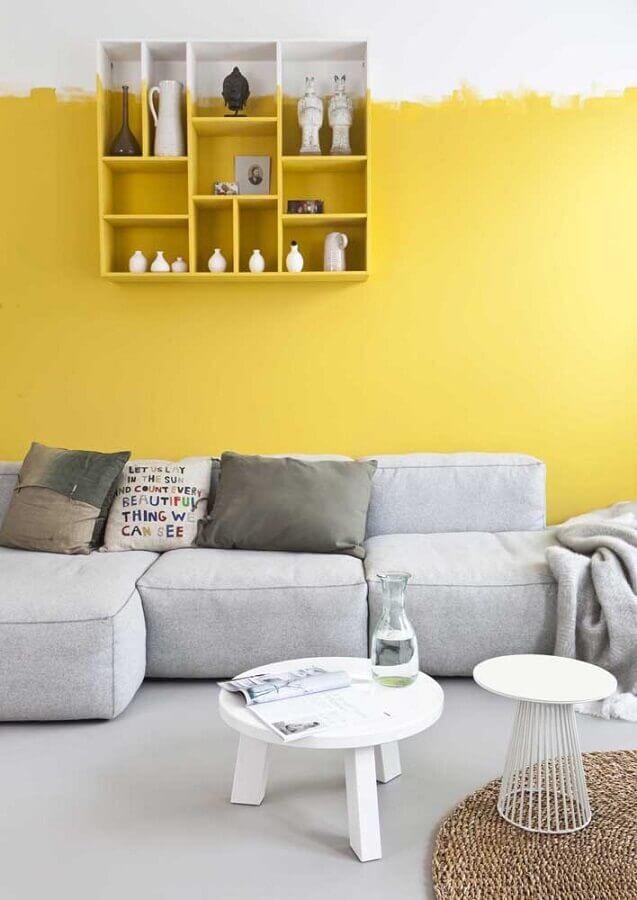 sala amarela e branca com decoração minimalista Foto Archzine