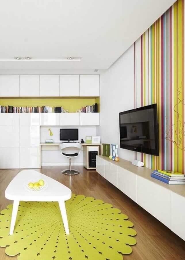 sala amarela e branca decorada com papel de parede listrado Foto Pinterest