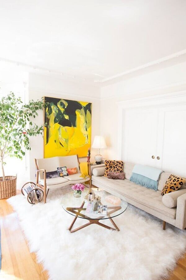 sala branca decorada com tapete felpudo e quadro abstrato amarelo Foto Pinterest