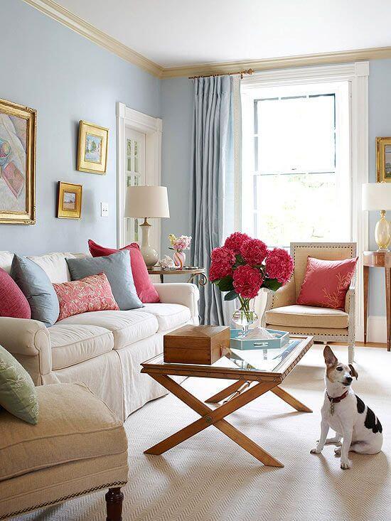 Almofadas para sofá bege decoração nas cores azul e vermelho