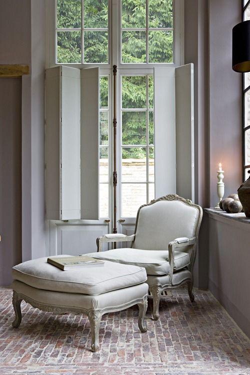 Sala com janela de madeira branca