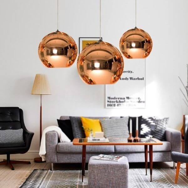 Sala com lustre cobre