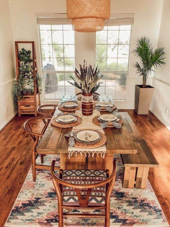 Sala com mesa de jantar de madeira rustica