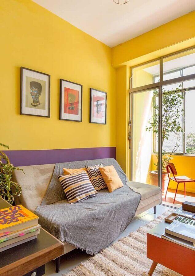 sala com parede amarela com decoração simples Foto Webcomunica