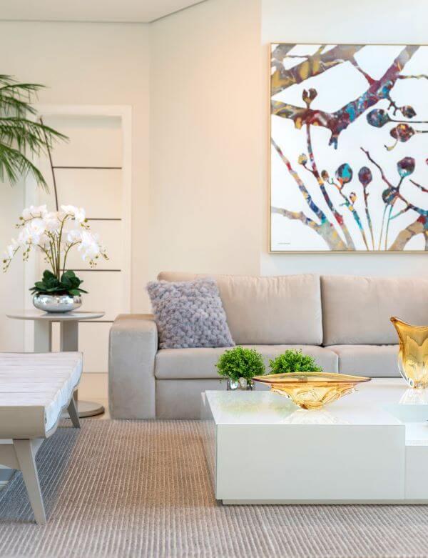 Sala com sofá bege decoração clean