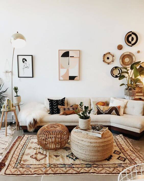 Sala boho com sofá bege
