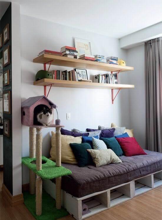 Sofá de palete com cantinho para gato na sala de estar