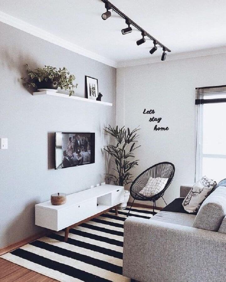 sala de casas minimalistas pequenas decorada em peto e branco com trilho de luz Foto Pinterest