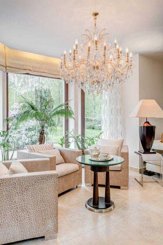 Sala de estar com lustre candelabro