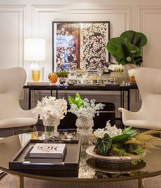 Sala de estar com vaso de palmeira leque