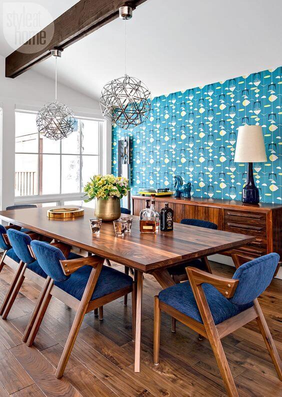 Sala de jantar azul com mesa de madeira rústica