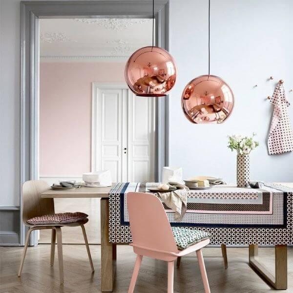 Sala de jantar com lustre cobre redondo