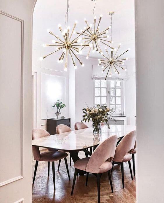 Sala de jantar com lustre moderno
