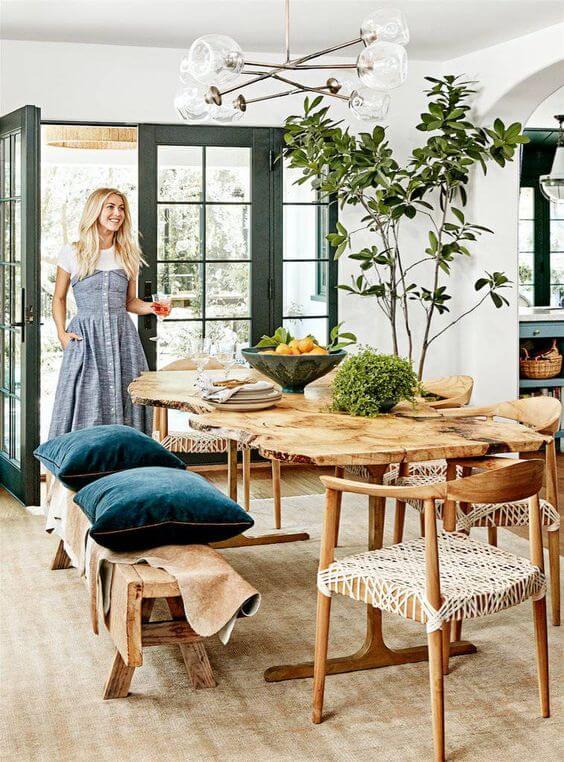 Sala iluminada com mesa de madeira rústica
