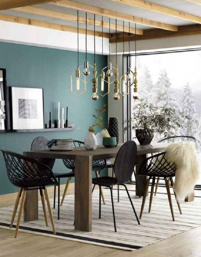 sala de jantar decorada com modelos diferentes de cadeiras pretas Foto Editions de l'Arkhan