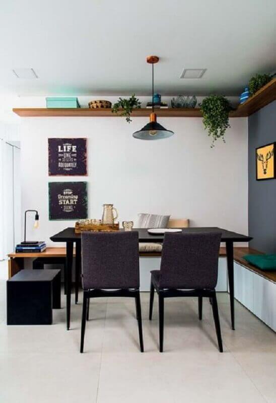 sala de jantar decorada com prateleira de canto de madeira e canto alemão Foto Archello