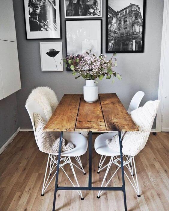 Sala de jantar pequena com mesa de madeira rústica