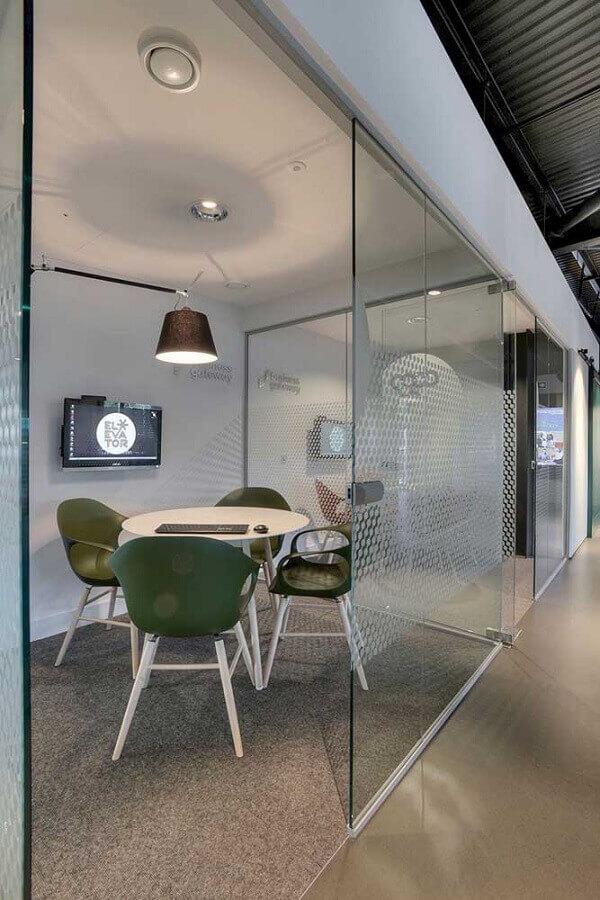 sala de reunião com mesa de escritório pequena redonda Foto HappyShappy