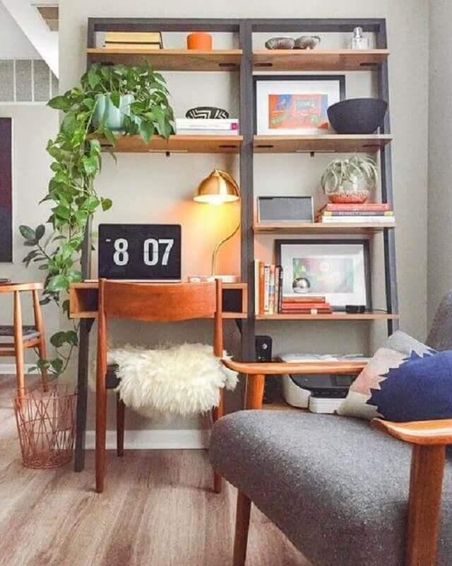 sala decorada com escrivaninha com estante Foto West Elm