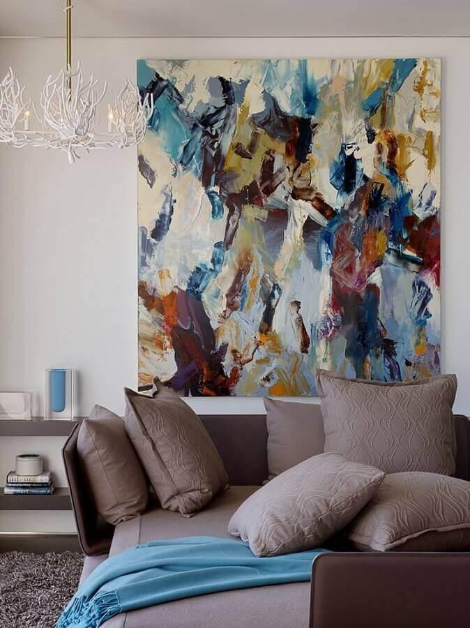 sala decorada com quadro abstrato grande colorido Foto Casa e Festa