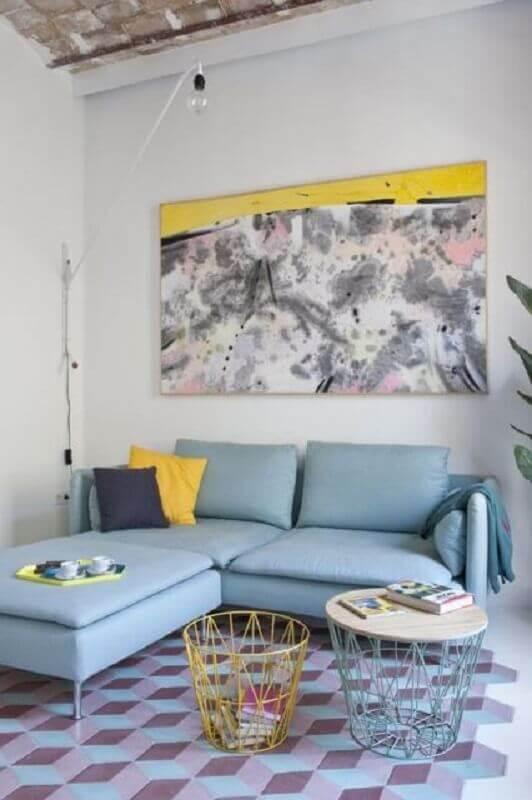sala simples decorada com quadro abstrato e sofá azul claro Foto Archilovers