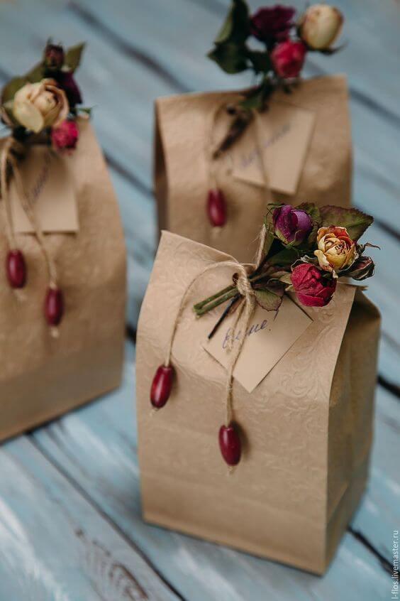 Saquinho surpresa decorado com flores