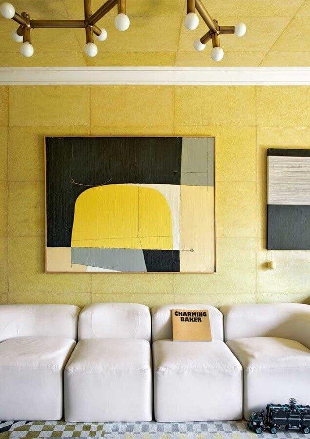 sofá branco moderno para decoração de sala com parede amarela Foto Pinterest