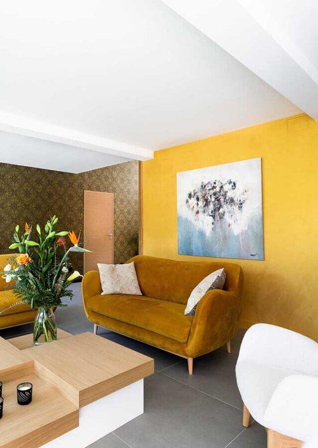 sofá de veludo para decoração de sala com parede amarela Foto Architecture Art Designs