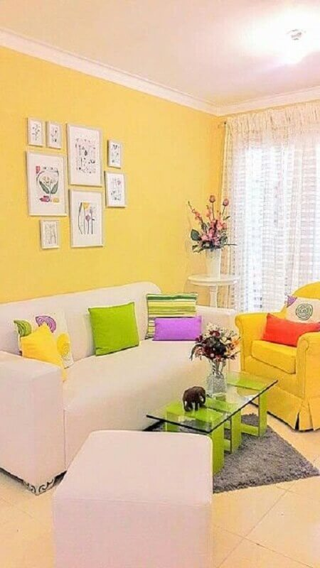 sofá e poltrona para sala amarela com almofadas coloridas Foto Pinterest
