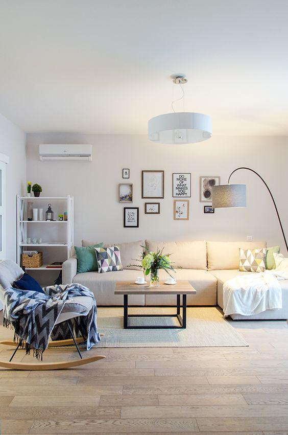 Sofá bege na sala de estar moderna