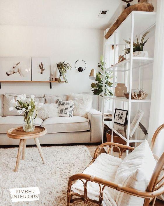 Sofá bege claro na sala de estar iluminada
