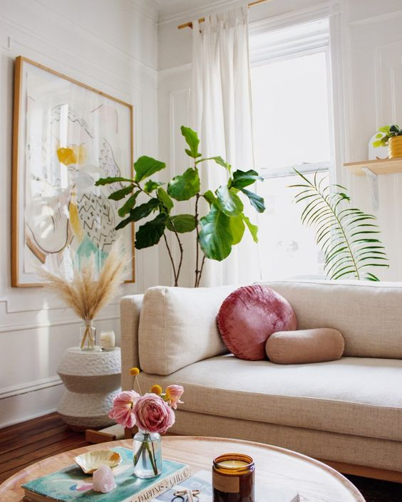 Sofá bege com almofada cor de rosa
