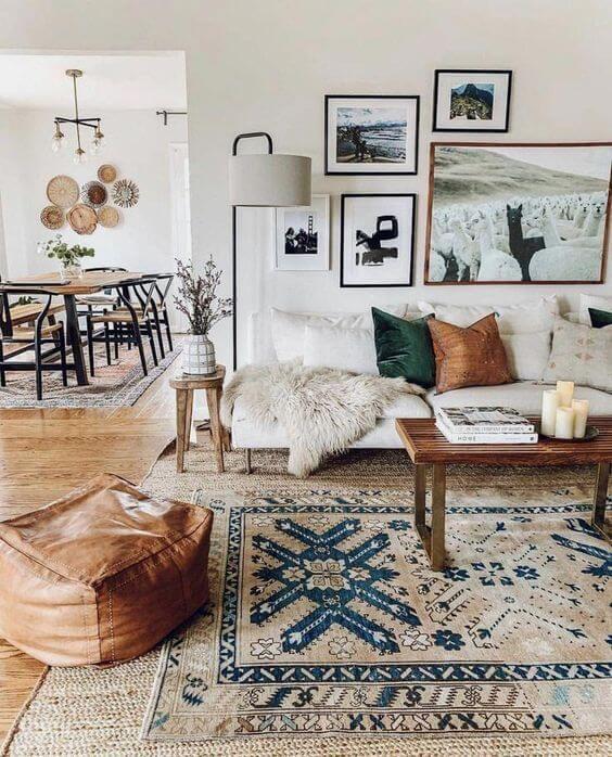 Sofá bege na sala de estar neutra e bem decorada