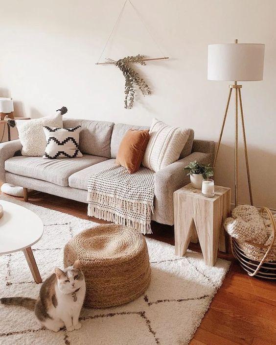 Sofá bege com manta e almofadas combinando