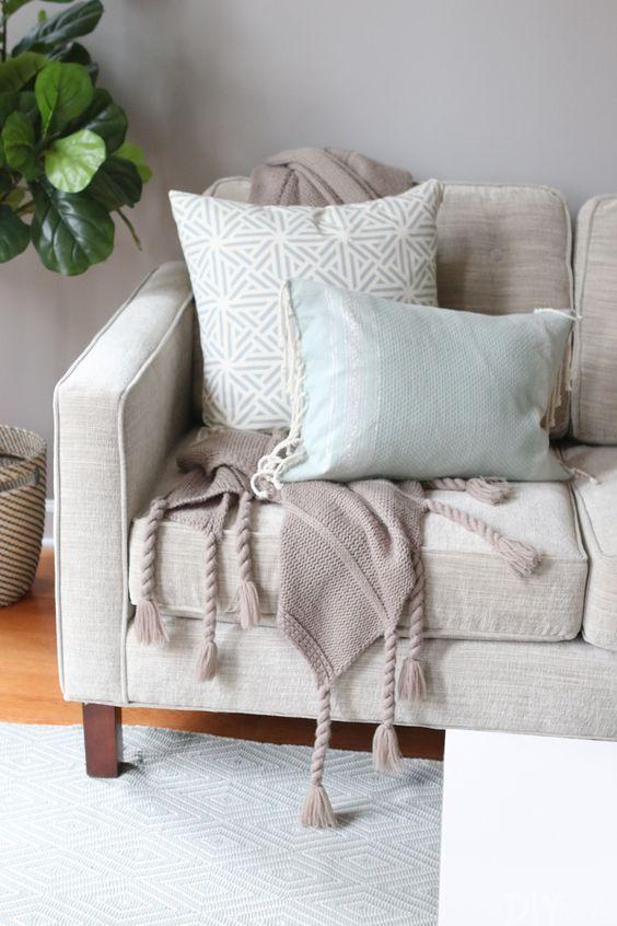 Use a manta para sofá bege para ajudar na decoração