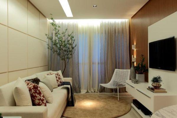 Sofá bege na sala pequena e clean