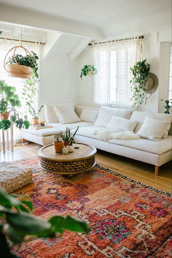 O sofá bege claro combina com salas no estilo boho
