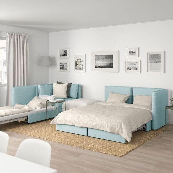 Sofá cama retrátil na sala de estar