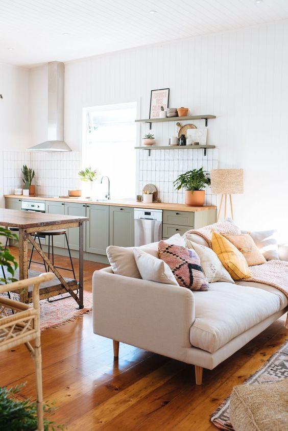 Sofá claro com almofadas coloridas e estampadas