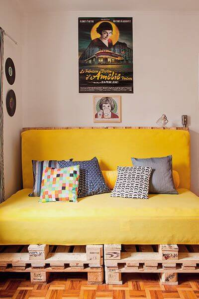 Sofá de palete amarelo e pequeno na sala