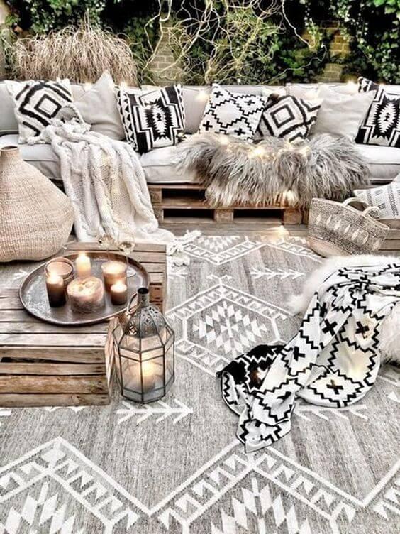 Sofá de palete bogo com manta confortável na varanda