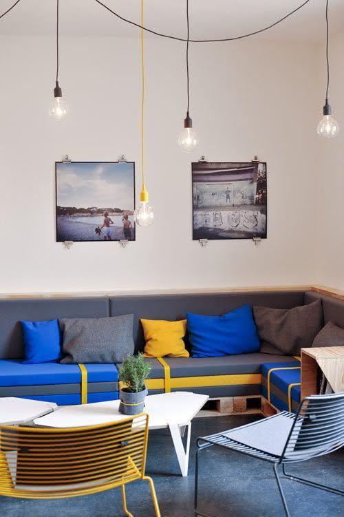 Sofá de palete com encosto e almofadas coloridas