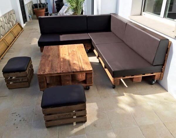 Sofá de palete com mesa de centro