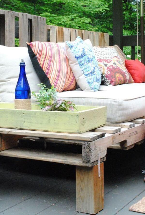 Sofá de palete com mesinha lateral de apoio